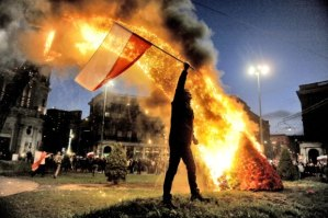 z14936602Q,Demonstrant-z-polska-flaga-na-pl--Zbawiciela--W-tl